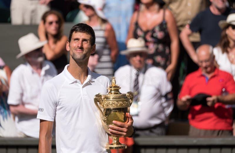 Novac Djokovic, giocatore serbo, vince Wimbledon per la quarta volta Nella foto tiene il suo trofeo sulla corte del centro fotografia stock libera da diritti