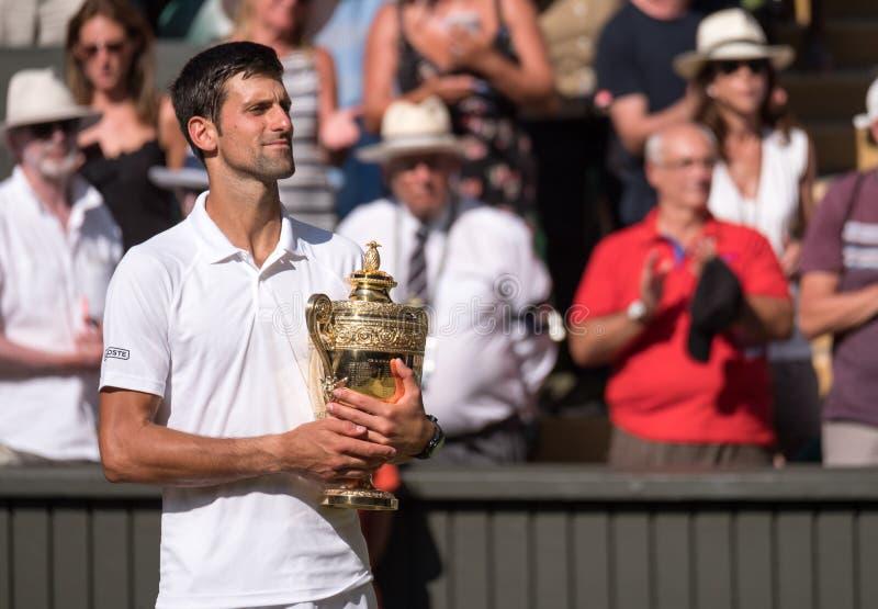 Novac Djokovic, giocatore serbo, vince Wimbledon per la quarta volta Nella foto tiene il trofeo sulla corte del centro fotografia stock libera da diritti