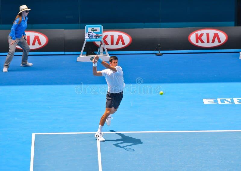Novak Djokovic bawić się w australianie open zdjęcia stock
