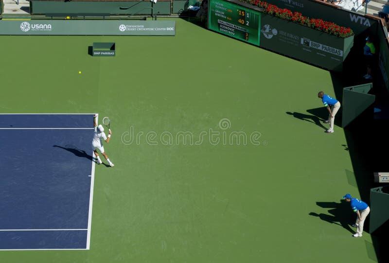 Novak Djokovic słuzyć przy Indiańskimi studniami 2013 zdjęcie stock