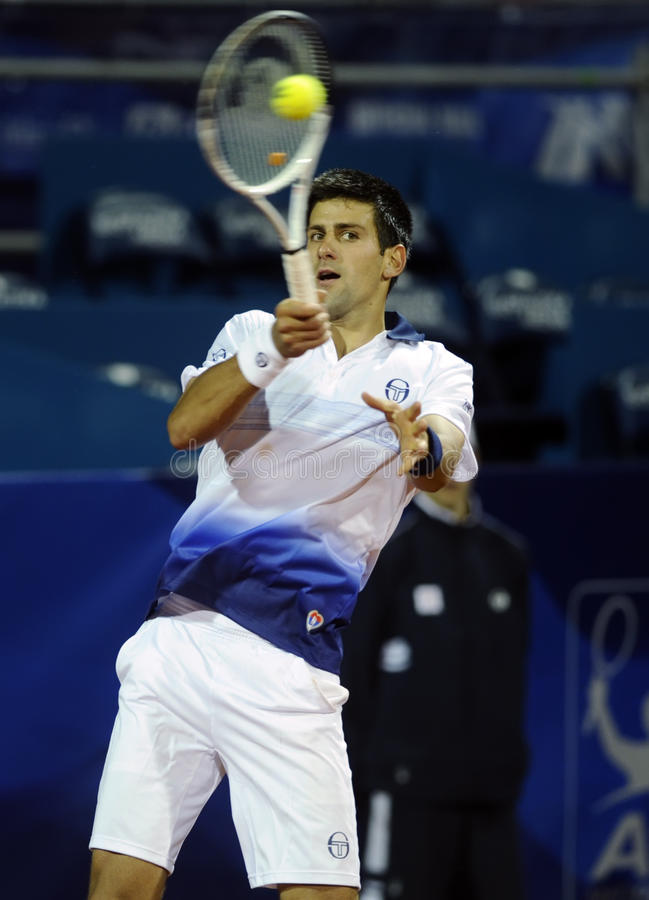Novak Djokovic wraca piłkę podczas Serbia Otwartego dopasowania przeciw Fabio Fognini zdjęcia stock