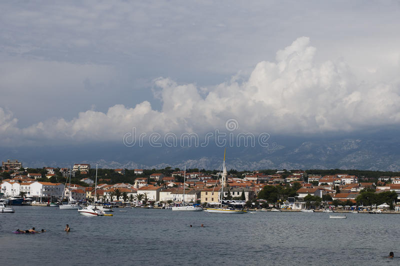 Novalja é uma cidade no norte da ilha do Pag na parte croata do mar de adriático foto de stock royalty free