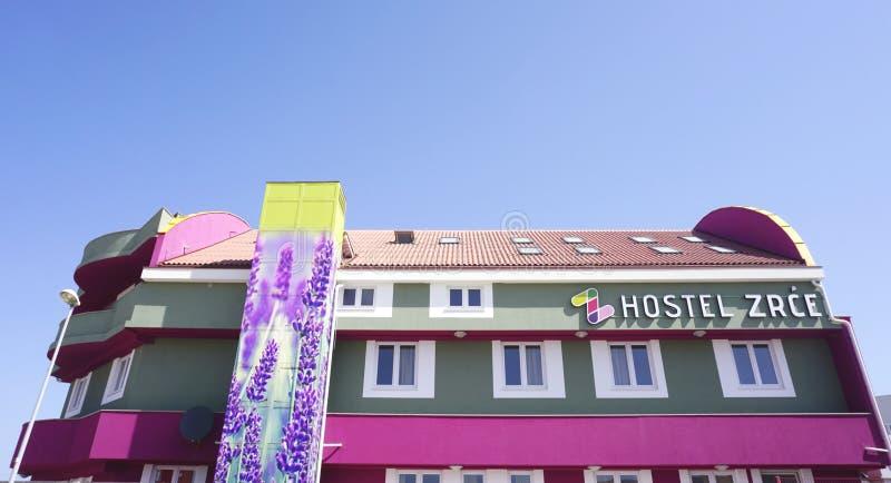 Novalja Kroatien, 25 April 2018 VandrarhemZrce byggnad grundar upp sikt i Novalja, nära den Zrce stranden på ön av Pag, Kroatien arkivbild