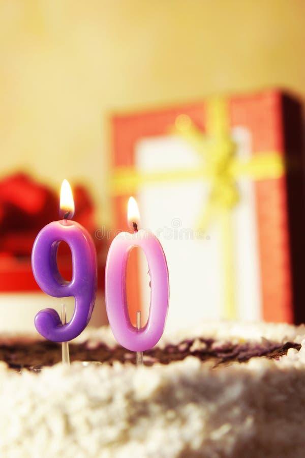 Novanta anni Torta di compleanno con le candele burning immagine stock libera da diritti