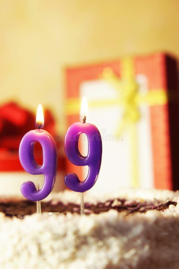 Novanta nove anni Torta di compleanno con le candele burning immagini stock