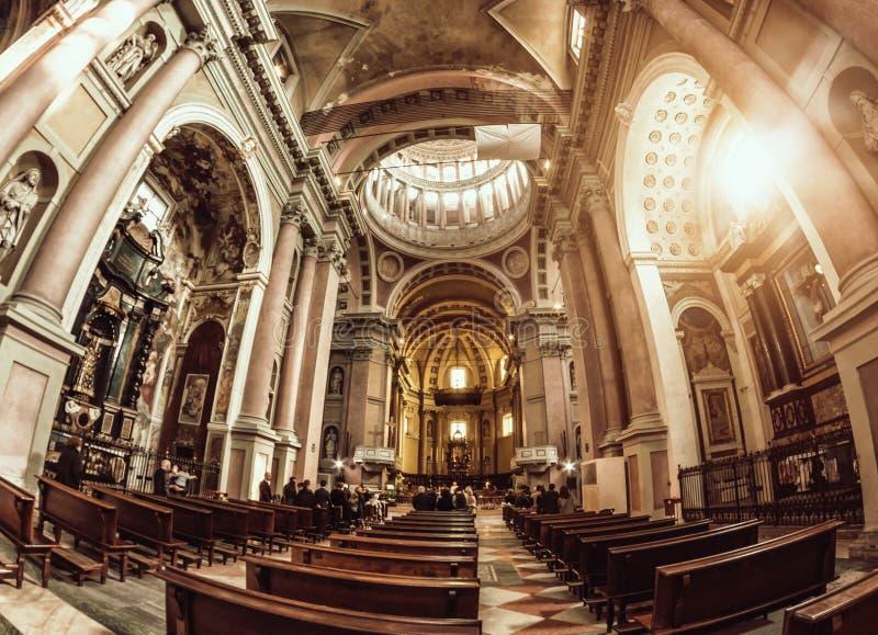 Novara, Italia - 17 de octubre de 2016: Palacios antiguos y bóveda de la basílica del St Gaudenzio, Novara, Piamonte, Italia Visi imagen de archivo libre de regalías