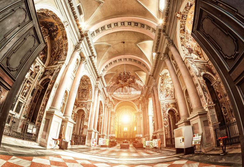 Novara, Italia - 17 de octubre de 2016: Palacios antiguos y bóveda de la basílica del St Gaudenzio, Novara, Piamonte, Italia Visi fotografía de archivo libre de regalías