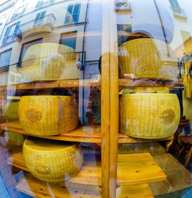 Novara, Italia - 17 de octubre de 2016: Quesos grandes en una ventana de la tienda imagenes de archivo