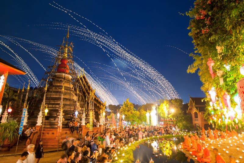 Novatos que sientan una meditación en festival del kratong de Loy en Wat Pan imágenes de archivo libres de regalías