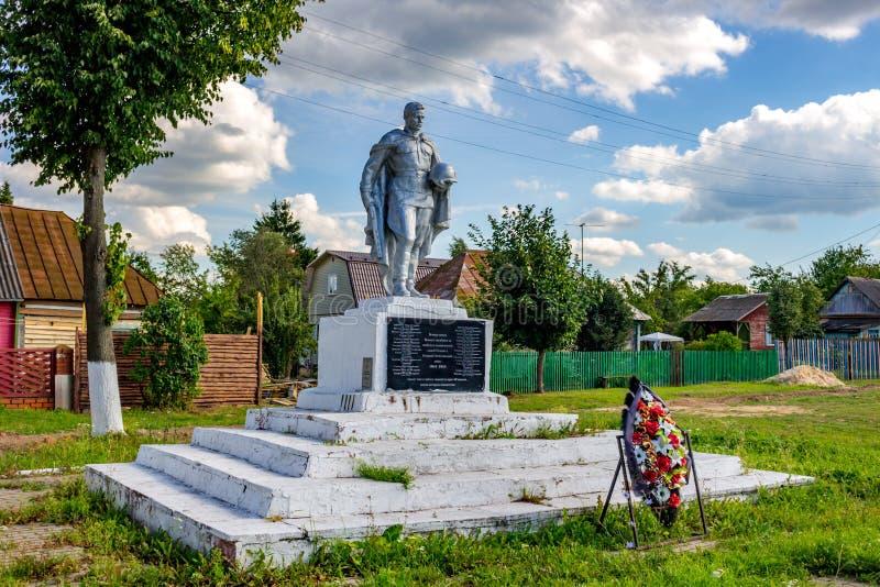 Novaya Sloboda, Rusia - agosto de 2018: Monumento de la gran guerra patriótica de 1941-1945 en el pueblo de Novaya Sloboda imagenes de archivo