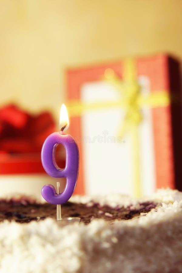 Nove anni Torta di compleanno con la candela burning fotografie stock