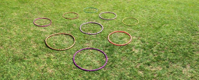 Nove 9 aros do hula em uma grama verde fotografia de stock royalty free