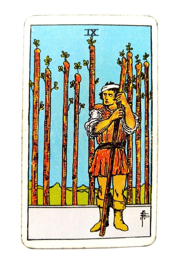 9 nove da guardada ansiosa da circunspecção do cartão de tarô das varinhas, ferido no olhar que espera para fora o problema no †ilustração royalty free