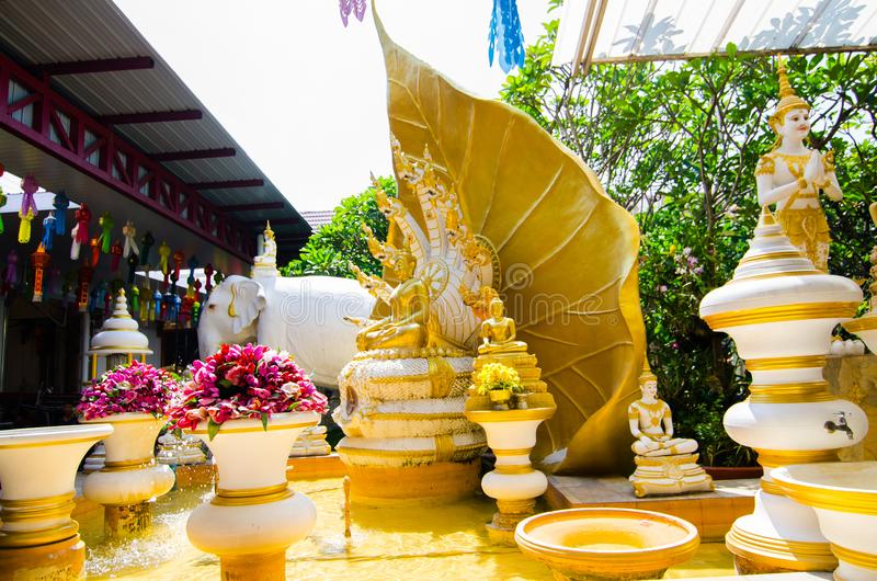 Nove hanno diretto la grande scultura del naga con la statua dorata di Buddha al tempio di rai-Khing del wat, Tailandia immagini stock