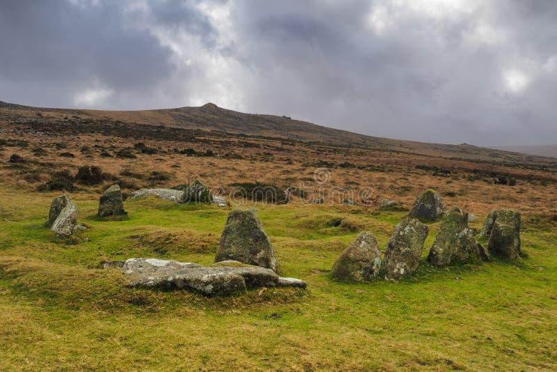 Nove Maidens Age del Bronzo circolo di Belstone Tor e cielo tempestoso, Dartmoor National Park, Devon fotografia stock libera da diritti