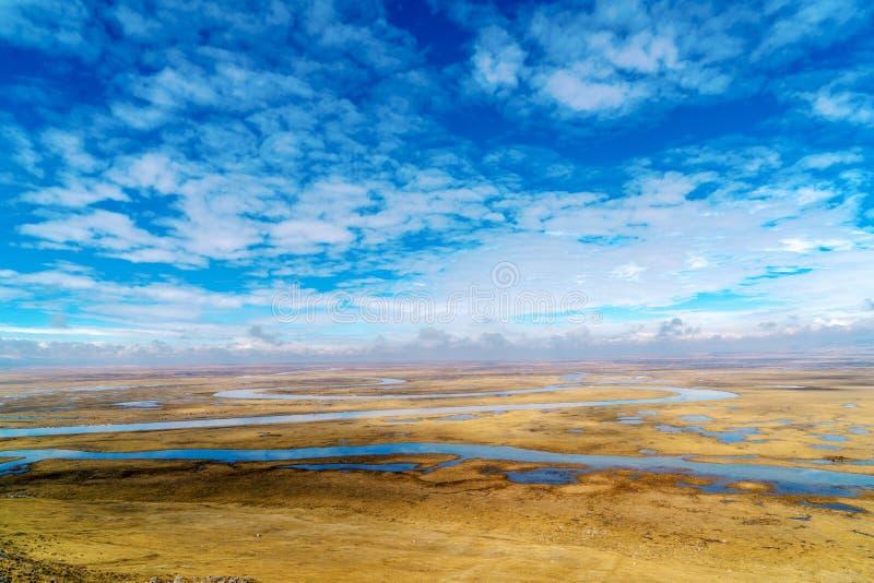 Nove voltas e dezoito curvaturas do rio de Kaidu em Bayanbulak na mola imagem de stock royalty free