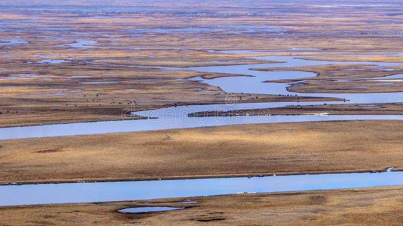 Nove voltas e dezoito curvaturas do rio de Kaidu em Bayanbulak na mola imagens de stock