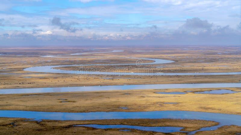 Nove voltas e dezoito curvaturas do rio de Kaidu em Bayanbulak na mola fotografia de stock
