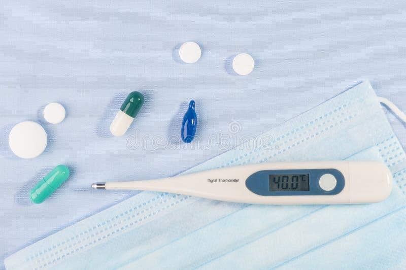 Novel coronavirus COVID-19 - maschere mediche di protezione e termometro epidemia di coronavirus cinese, respirazione in Medio Or immagine stock