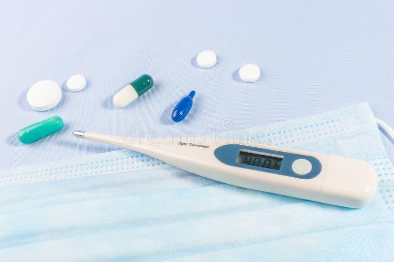 Novel coronavirus COVID-19 - maschere mediche di protezione e termometro epidemia di coronavirus cinese, respirazione in Medio Or immagini stock