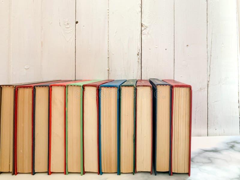 11 novelas no assoalho de mármore foto de stock