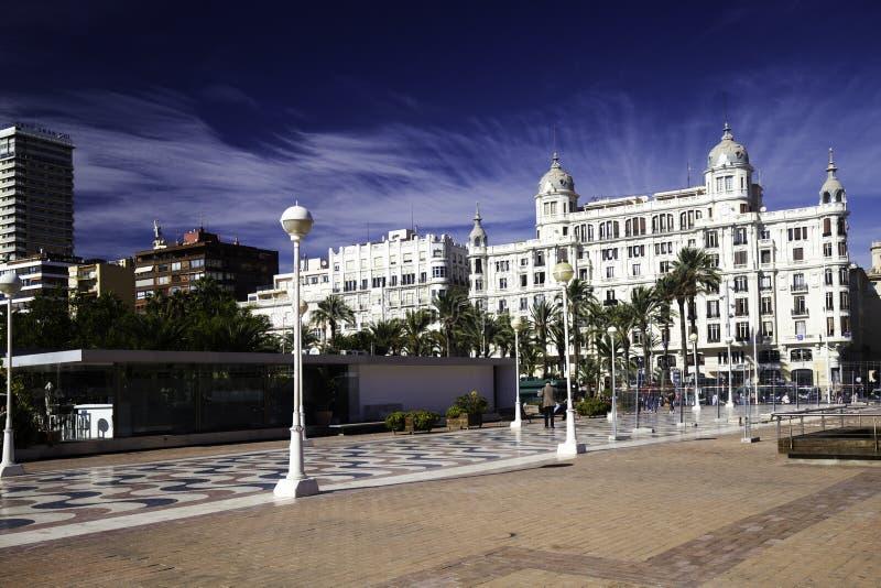 04 november, 2018 - Alicante Spanje: Een straat met mooie voorgevels van de Spaanse stad van Alicante is de architectuur royalty-vrije stock afbeelding