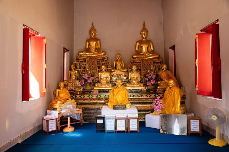21 november, 2018 - Bangkok THAILAND - Veelvoudige gouden Buddhas in Thaise tempel stock foto's