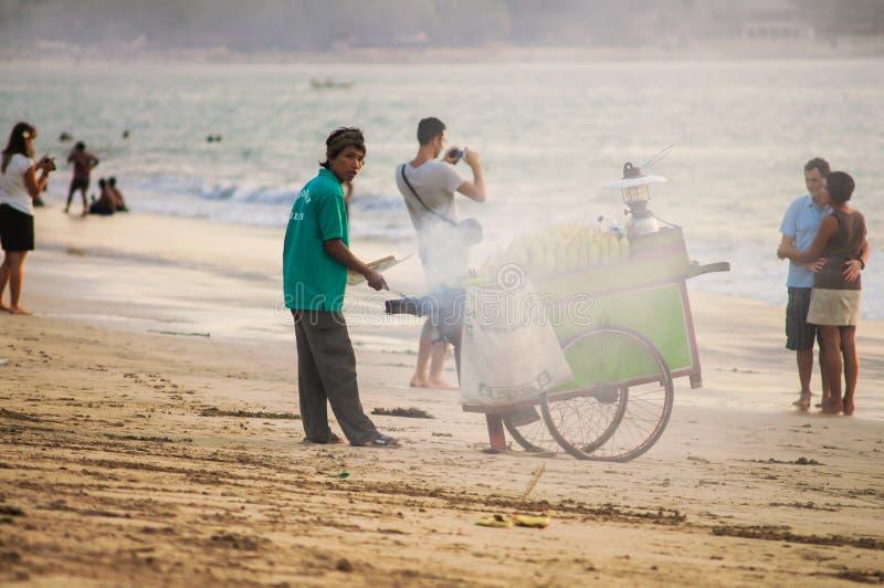 18. November 2012 Der Verkäufer des gebratenen Mais auf dem Bali Jimbara stockbild