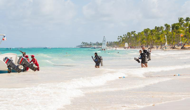 4 November 2015, en grupp människor som går in i havet för dykapparatdykning, i en tropisk strandhotellsemesterort, Punta Cana arkivbilder