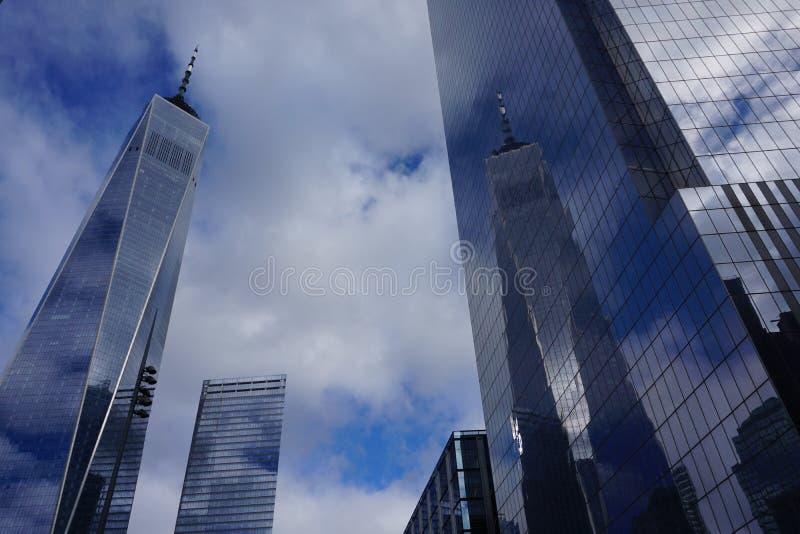 November 2018 - Freedom Tower i New York City som reflekterar i den spegelförsedda fasaden arkivfoto
