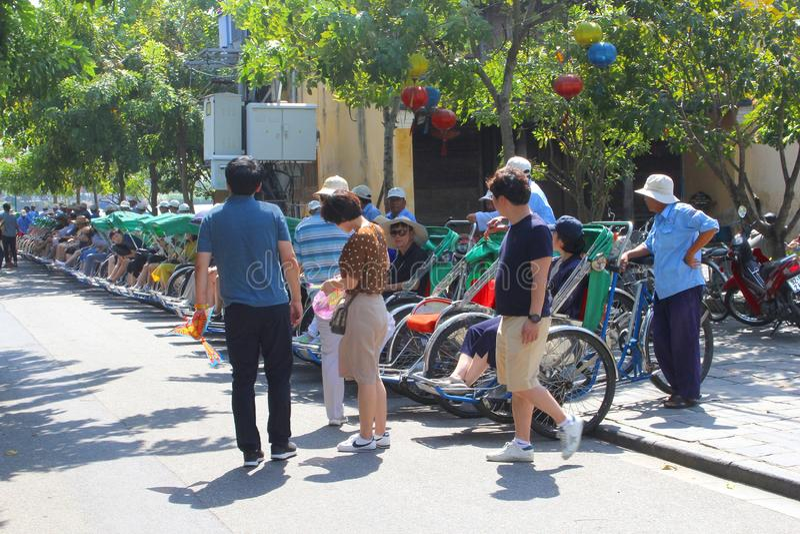 November 2018, grupp turnerar den gamla staden för turistrikshawssighten, Hoi An, Vietnam royaltyfri foto