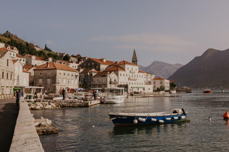 30 November 2018 Härligt medelhavs- landskap - stad Perast, Kotor fjärd Boka Kotorska, Montenegro - Bild arkivfoton