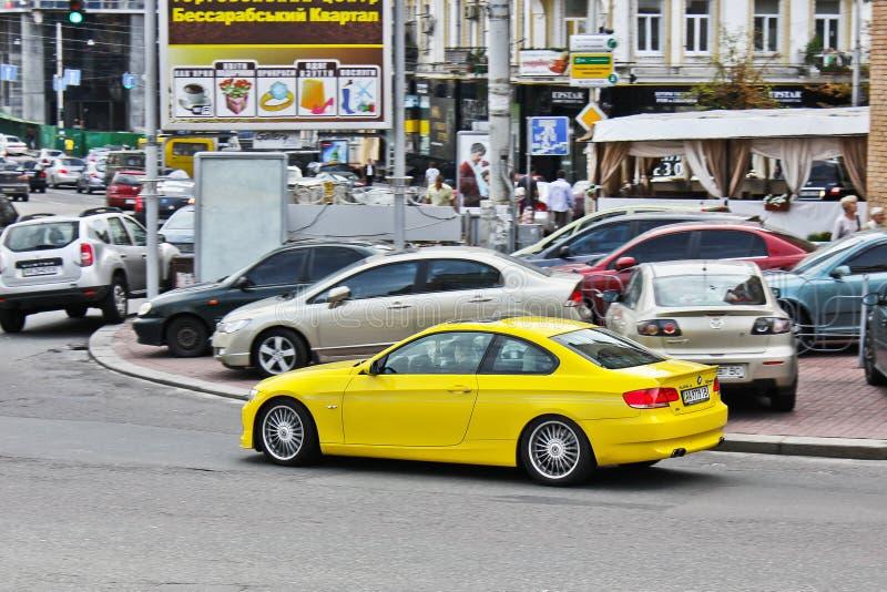 3 november, 2013 Kiev, de Oekraïne; BMW ALPINA B3 3 0 BiTurbo in motie bij hoge snelheid stock foto's