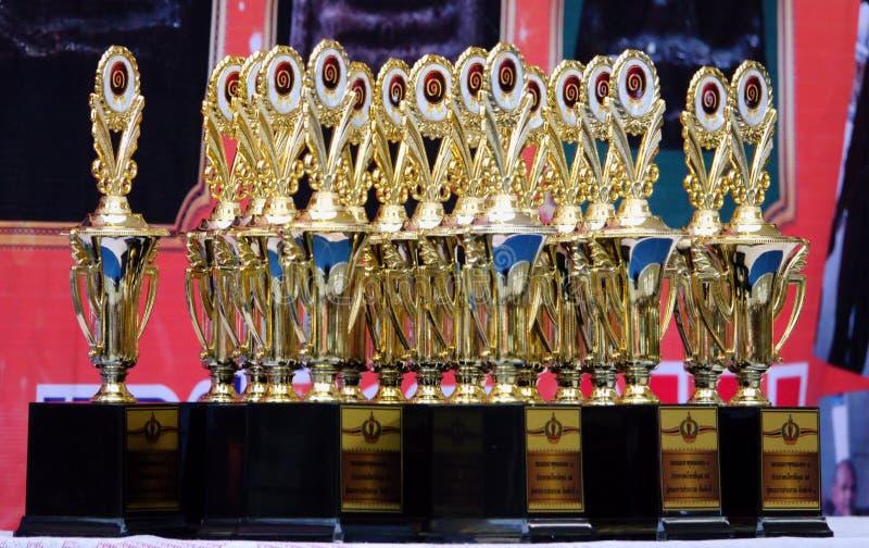 18-november-2018 LATKABANG THAILAND guld- trofé Förbered sig för den begåvade personen och segra jobbet fotografering för bildbyråer