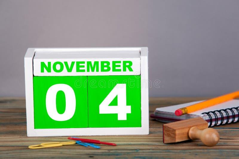 November 4 närbildträkalender Tid planläggning och affärsbakgrund royaltyfria foton