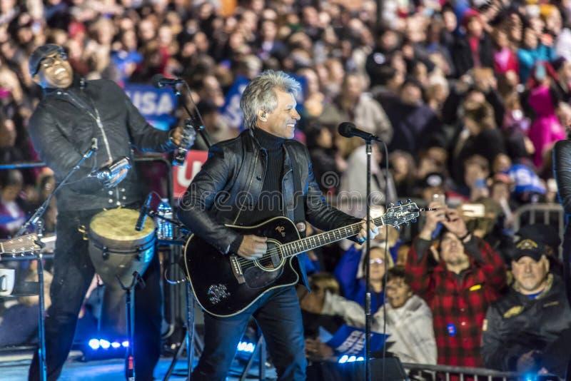 7 NOVEMBER, 2016, ONAFHANKELIJKHEIDSzaal, Musicus Jon Bon Jovi voert bij een verzameling van de verkiezingsvooravond voor Hillary royalty-vrije stock foto