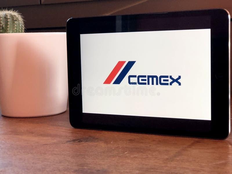 November 2019 Parma, Italië: Cemex bedrijflogo op tabletschermclose-up Cemex visueel merk stock foto
