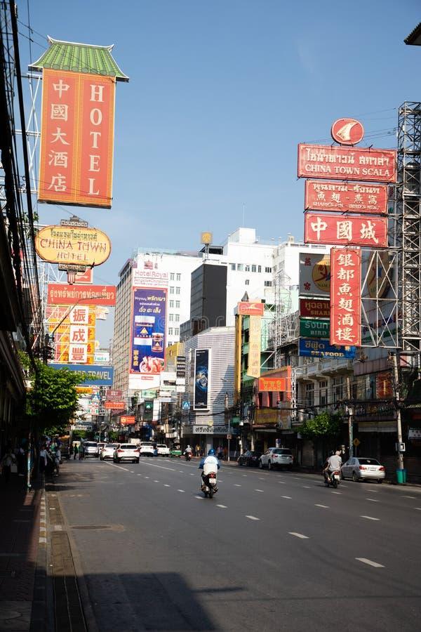 20. November 2018 - Straße Bangkoks THAILAND - Chinatowns in Bangkok mit vielen Speicheranschlagtafelplatten stockfotografie