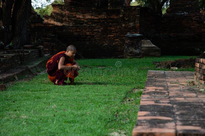 21 novembre 2018 - Ayutthaya THAÏLANDE - moine bouddhiste aux ruines thaïlandaises antiques de temple photographie stock libre de droits