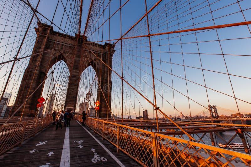 Novembre 2015 heure d'or de coucher du soleil sur le pont de Brooklyn, l'ONU de New York photographie stock libre de droits