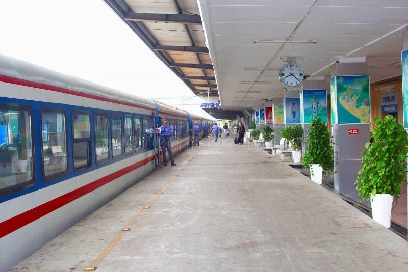 Novembre 2018, les gens forment la plate-forme Hanoï, Vietnam de gare ferroviaire image libre de droits