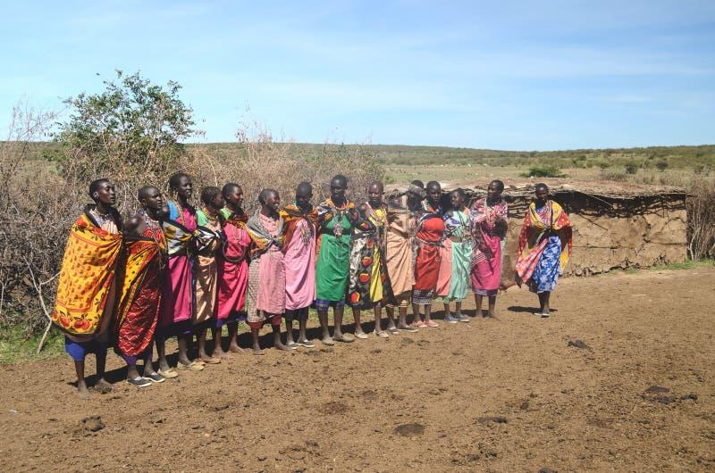 15 novembre 2015, masai Mara, Kenya, Africa Donne masaie Colorfully vestite che si preparano per cantare immagine stock libera da diritti
