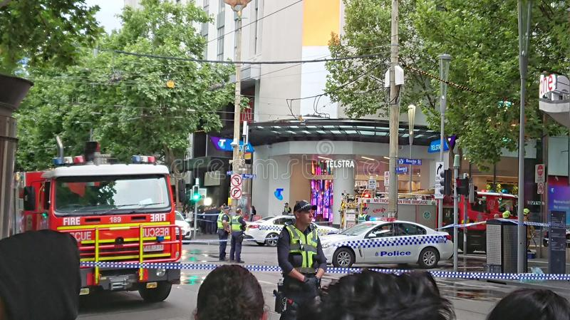 9 novembre 2018 - Melbourne, Australia: La folla guarda verso la scena bloccata della polizia a Melbourne CBD fotografie stock