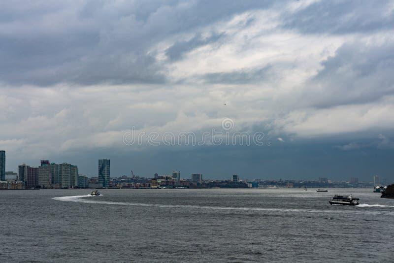 Novembre 2018 - orizzonte di Manhattan, New York, vista da Liberty Island, traghetto sull'oceano immagini stock libere da diritti