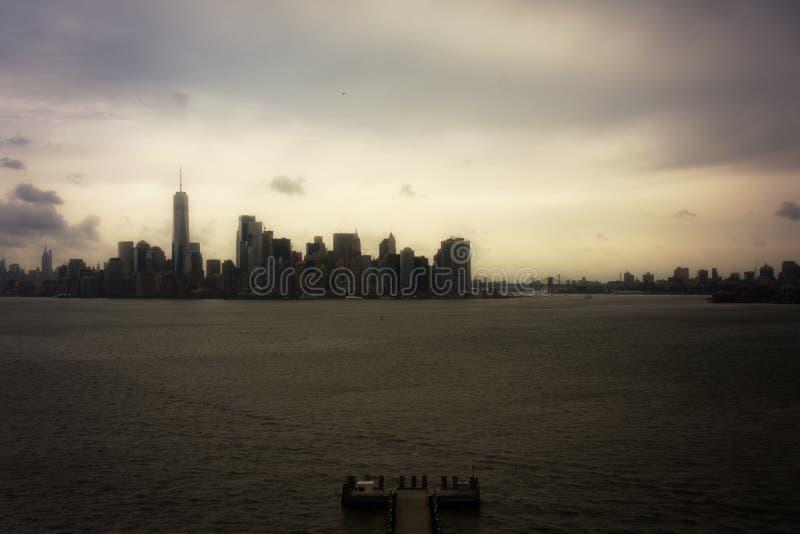 Novembre 2018 - panorama de New York Manhattan de statue d'île de liberté image stock