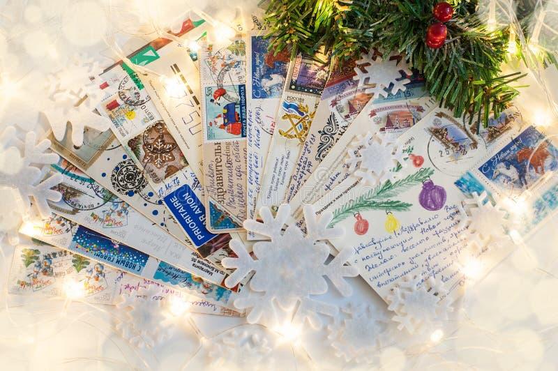 6 novembre 2018 Voronezh, Russie Pile des cartes postales écrites de Noël avec des salutations de vacances photos libres de droits