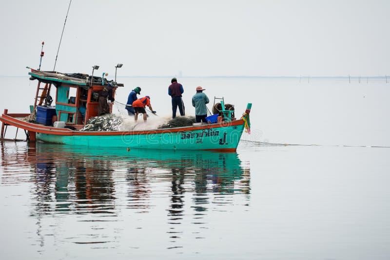 NOVEMBRO 5,2016: No barco do pescador, travando muitos peixes na boca do rio de Bangpakong na província de Chachengsao ao leste d foto de stock