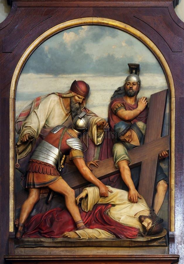 Novena Estaciones de la Cruz, Jesús cae por tercera vez, Basílica del Sagrado Corazón de Jesús en Zagreb foto de archivo libre de regalías