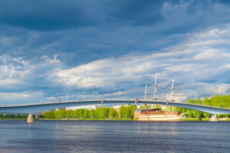 novgorod Ρωσία veliky Για τους πεζούς γέφυρα πέρα από τη ναυαρχίδα φρεγάτων ποταμών και εστιατορίων Volkhov κοντά στο ανάχωμα στοκ φωτογραφία με δικαίωμα ελεύθερης χρήσης