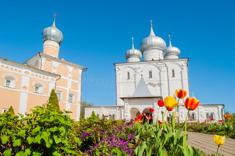 novgorod Ρωσία veliky Καθεδρικός ναός μεταμόρφωσης Savior και refectory Varlaam εκκλησία στη μονή Varlaam Khutyn στοκ εικόνες με δικαίωμα ελεύθερης χρήσης